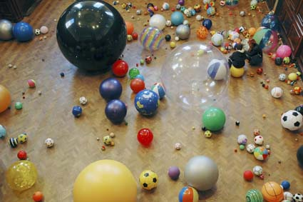 Martin Creed, Work No. 370 Balls, 2004