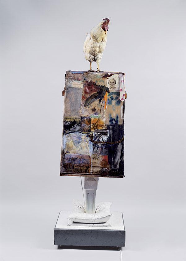 Robert Rauschenberg, Odalisk, 1955-1958, Freestanding combine, huile, aquarelle, crayon, pastel, papier, tissu, photographies, reproductions imprimées, journal, métal, verre, oreiller, poteau en bois et lampes sur structure en bois avec coq empaillé, 210,8x64,1x63,8 cm